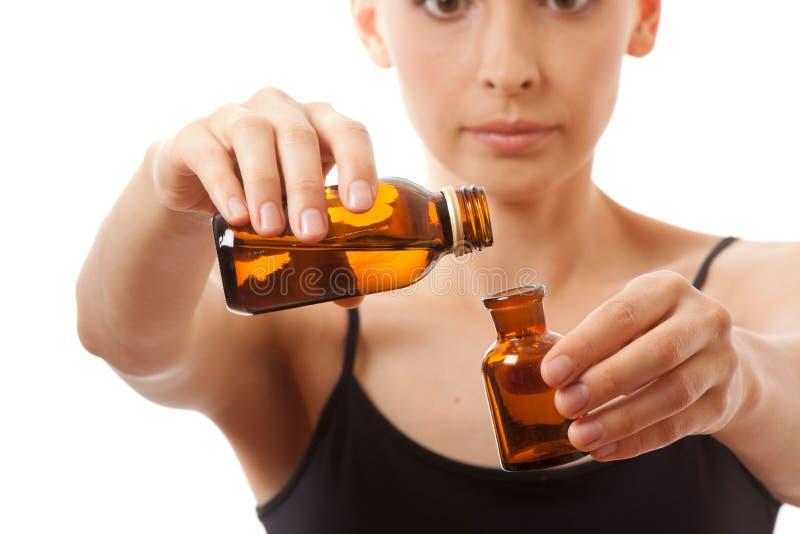 Giovane donna che tiene due bottiglie di medicina fotografie stock