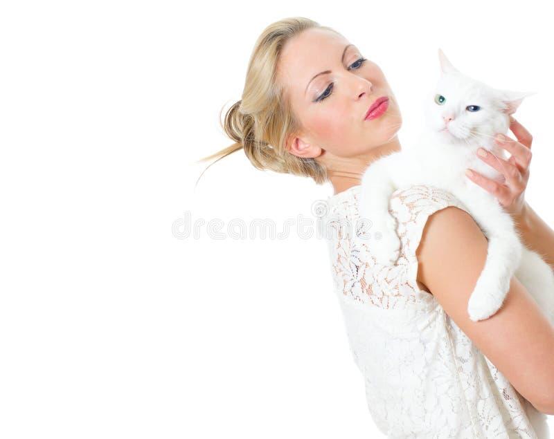 Giovane donna che tiene gatto bianco. immagini stock