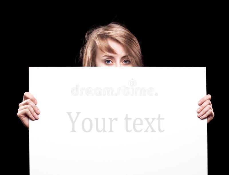Giovane donna che tiene tabellone per le affissioni vuoto fotografia stock