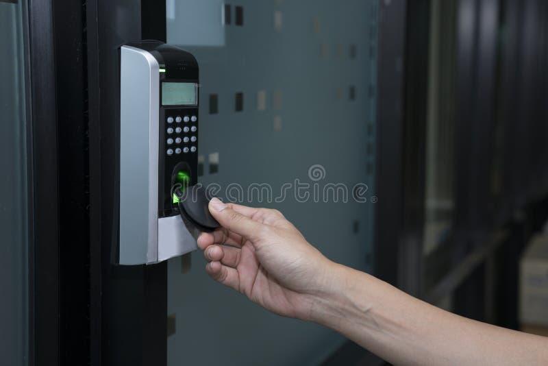 Giovane donna che usando chiave dell'etichetta di RFID per aprire la porta fotografia stock libera da diritti
