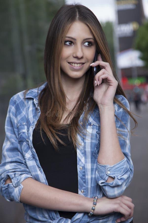 Giovane donna che usando uno smartphone immagini stock