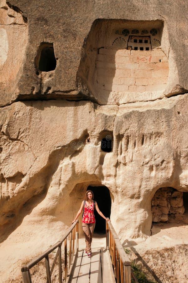 Giovane donna che viaggia in Cappadocia ed esplorare la città della caverna fotografie stock libere da diritti