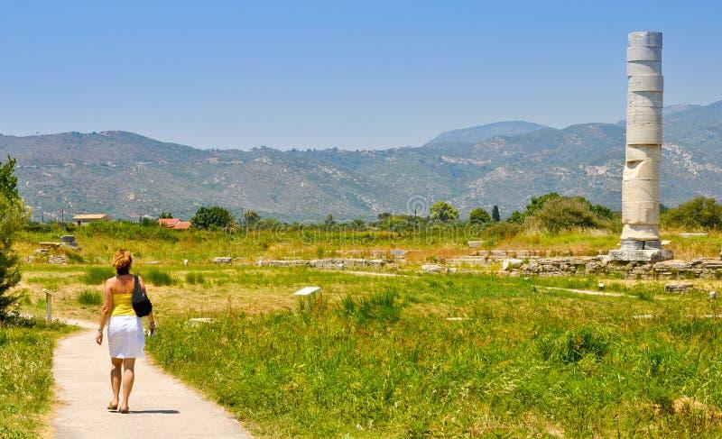 Giovane donna che visita Heraion, Pithagorio, Samos immagine stock