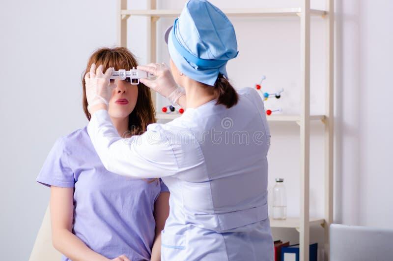 Giovane donna che visita l'otorinolaringoiatra femminile di medico fotografie stock libere da diritti