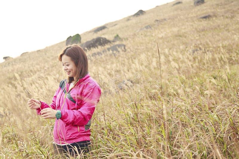 Giovane donna cinese dell'Asia in erbe fotografie stock
