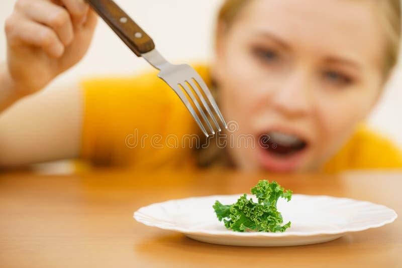Giovane donna colpita che ? sulla dieta immagine stock