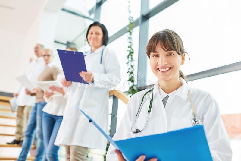 Giovane donna come medico o infermiere immagine stock