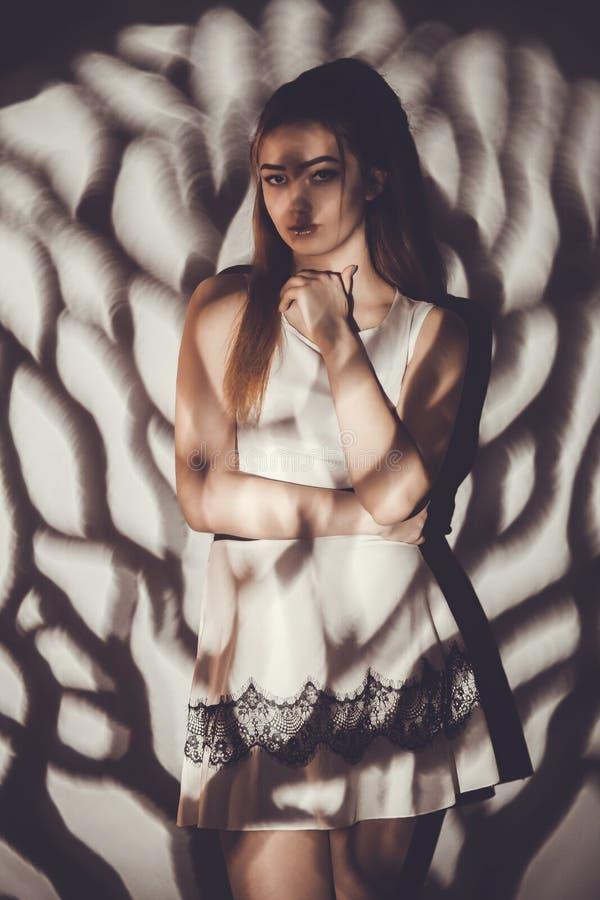 Giovane donna con bellezza leggera di concetto del modello ed e mistero, maschere del gobo immagini stock libere da diritti