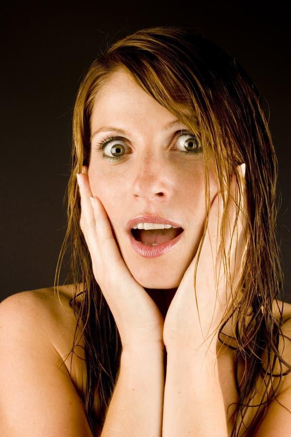 Giovane donna con capelli bagnati immagine stock