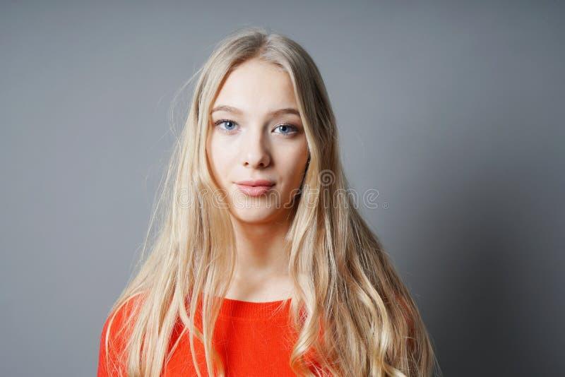 Giovane donna con capelli biondi e gli occhi azzurri lunghi fotografia stock libera da diritti