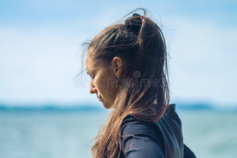 Giovane donna con capelli d'ondeggiamento scuri lunghi immagine stock