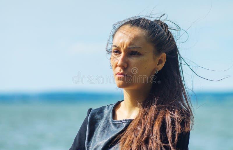 Giovane donna con capelli d'ondeggiamento scuri lunghi immagini stock