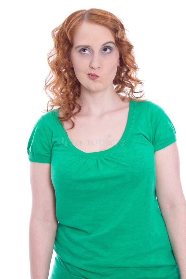 Giovane donna con capelli rossi e lo sguardo scettico immagine stock libera da diritti