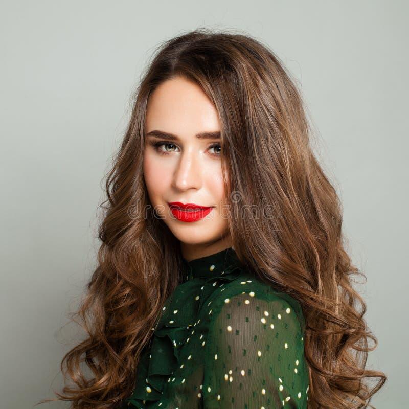 Giovane donna con capelli sani lunghi fotografia stock libera da diritti