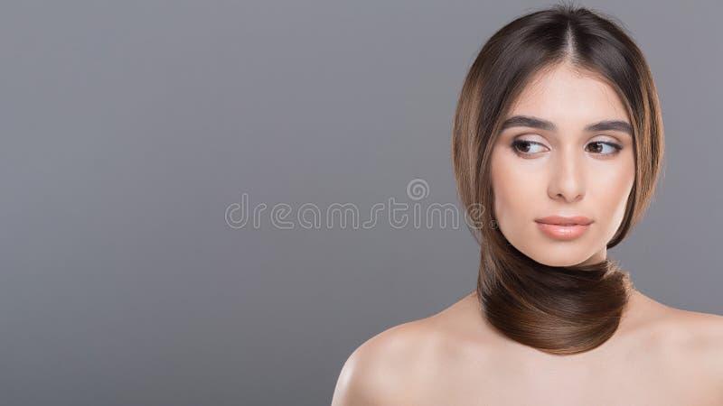 Giovane donna con capelli sani lunghi intorno al collo come sciarpa fotografia stock libera da diritti