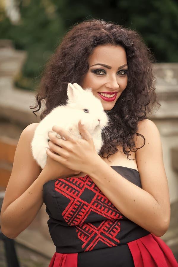 Giovane donna con coniglio fotografia stock