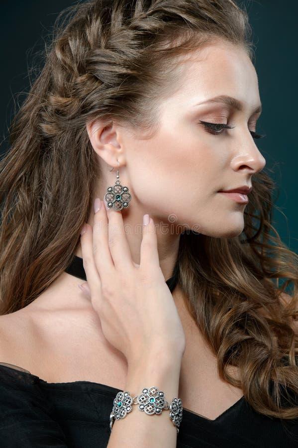 Giovane donna con gioielli, ritratto della ragazza graziosa con gioielli fotografia stock