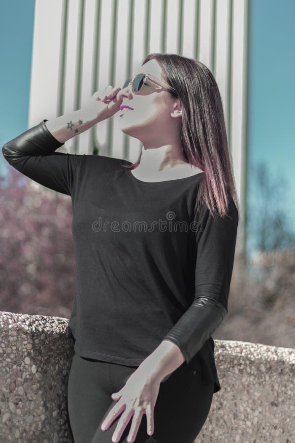 Giovane donna con gli occhiali da sole fotografia stock libera da diritti