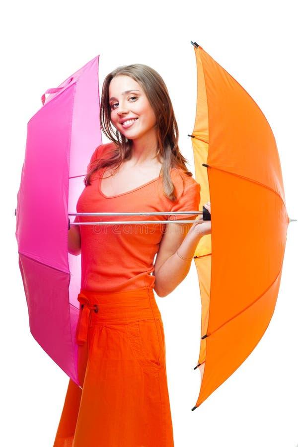 Giovane donna con gli ombrelli di colore fotografia stock