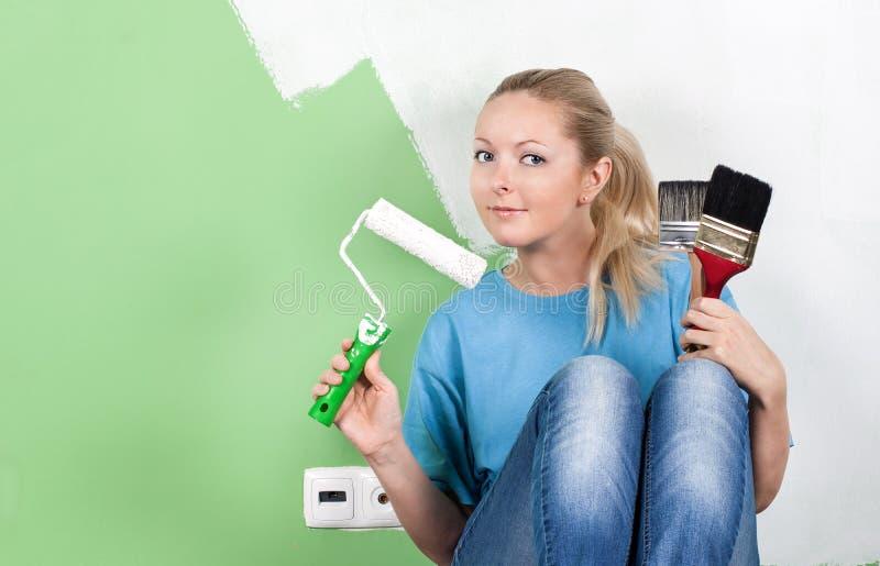Giovane donna con gli strumenti della pittura fotografia stock libera da diritti