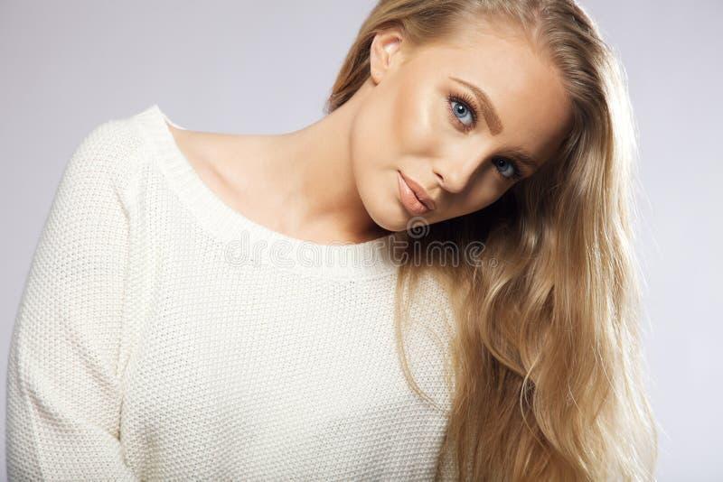 Giovane donna con i bei capelli biondi immagini stock