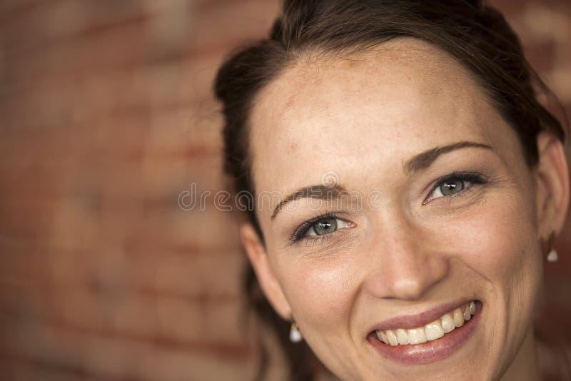 Giovane Donna Con I Bei Occhi Verdi E Capelli Di Brown ...