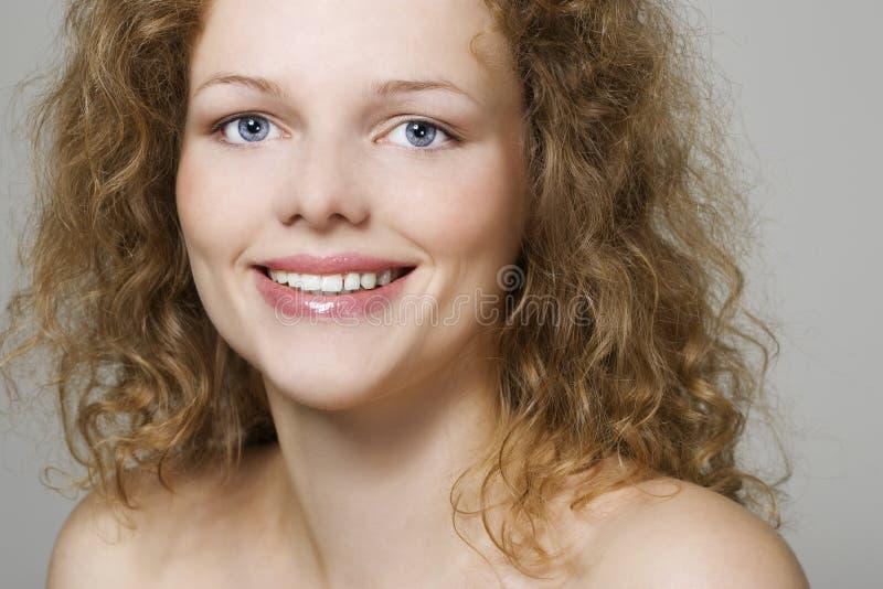 Giovane donna con i capelli ricci fotografie stock libere da diritti