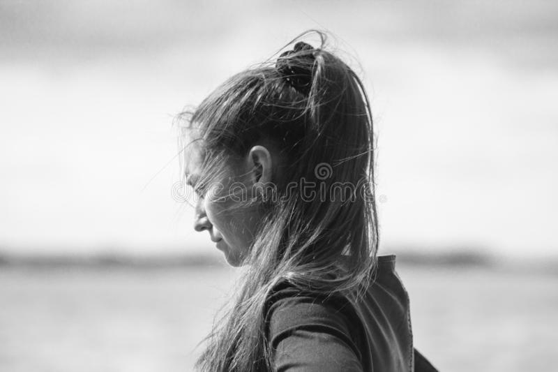 Giovane donna con i capelli scuri lunghi della coda di cavallo fotografia stock libera da diritti
