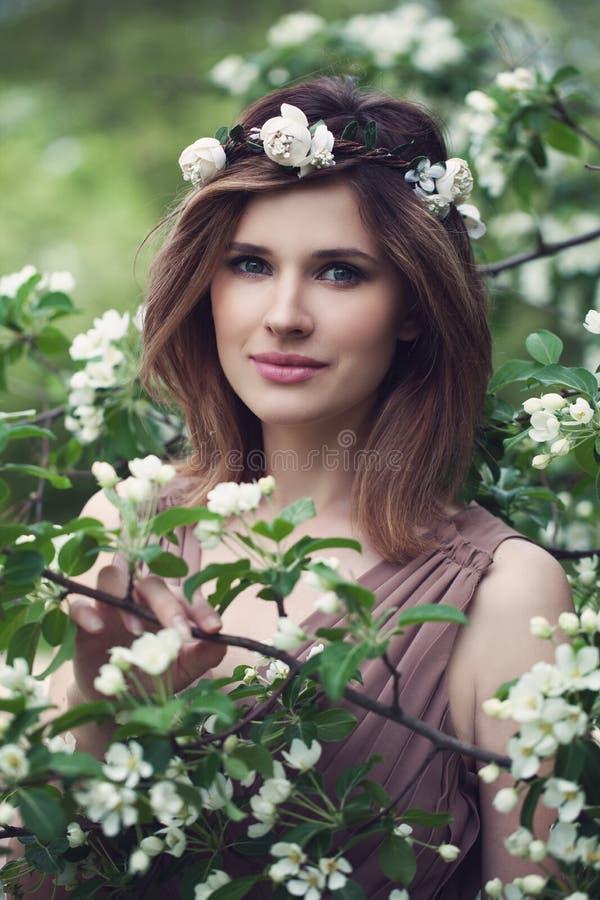 Giovane donna con i fiori bianchi di tocco fresco pulito della pelle fotografie stock