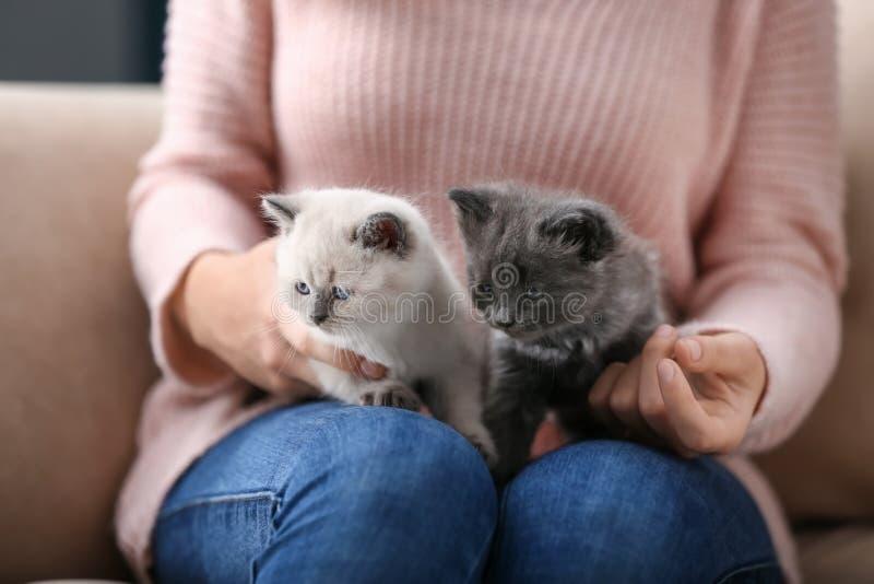 Giovane donna con i piccoli gattini svegli a casa fotografie stock libere da diritti