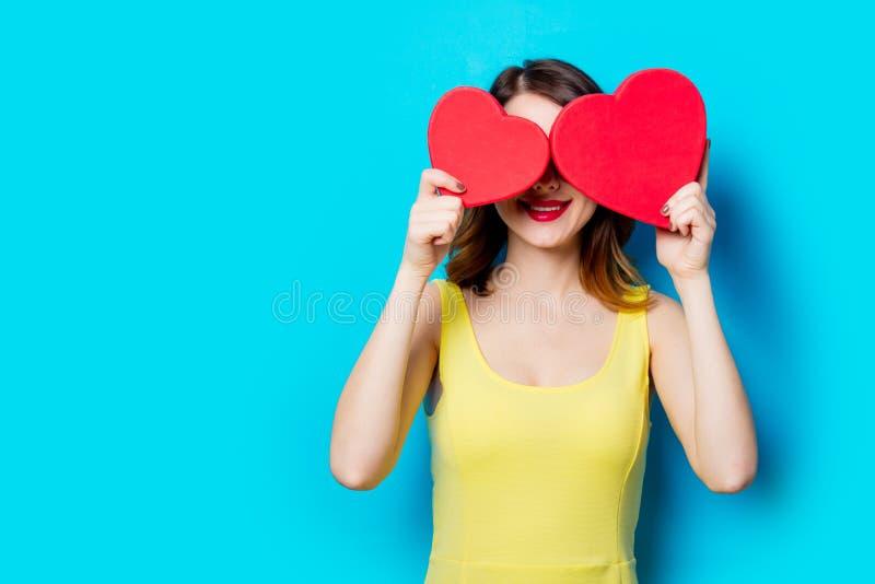 Giovane donna con i regali fotografie stock