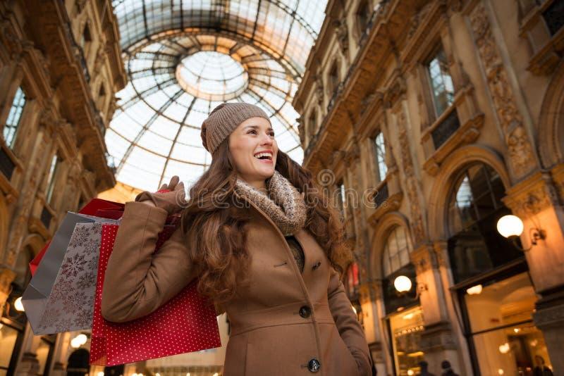 Giovane donna con i sacchetti della spesa nella galleria Vittorio Emanuele II fotografie stock libere da diritti