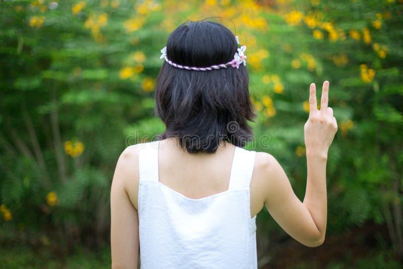 Giovane donna con i segni di pace immagini stock libere da diritti