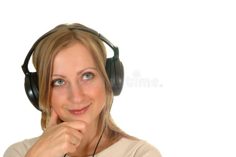 Giovane donna con i trasduttori auricolari fotografie stock libere da diritti