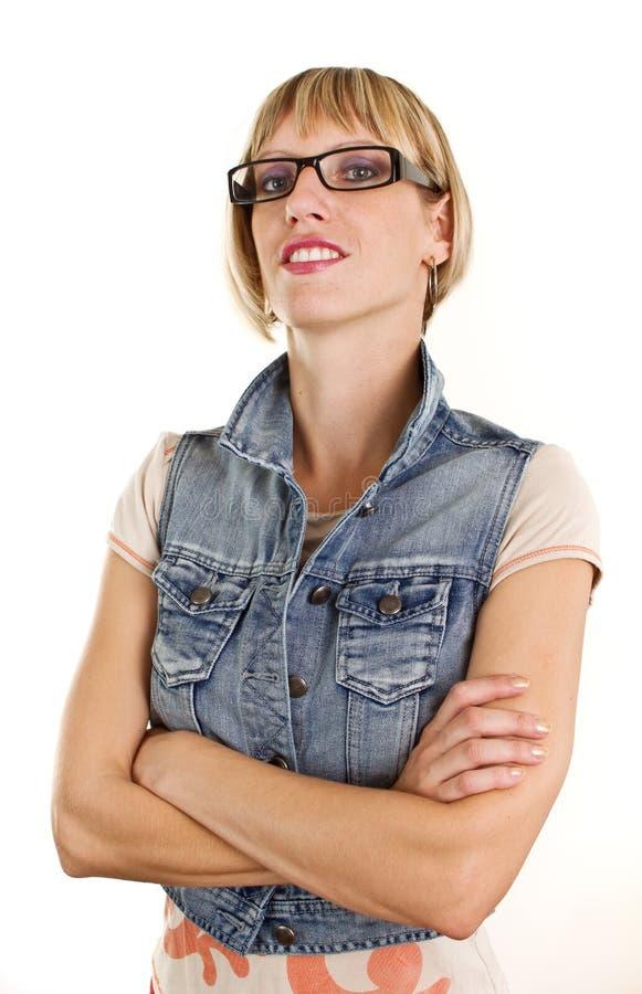 Giovane donna con i vetri ed il rivestimento dei jeans immagine stock
