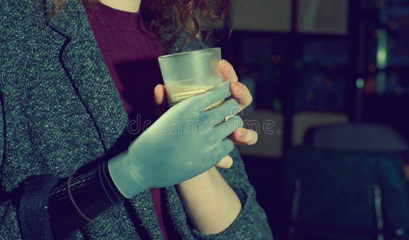 Giovane donna con il braccio prostetico fotografie stock