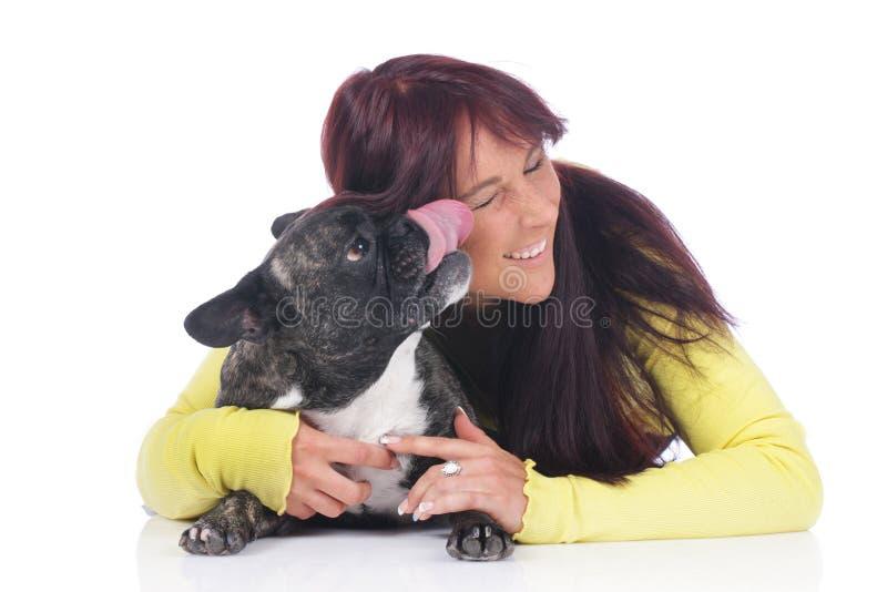 Giovane donna con il bulldog francese fotografia stock