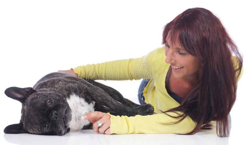 Giovane donna con il bulldog francese immagine stock libera da diritti