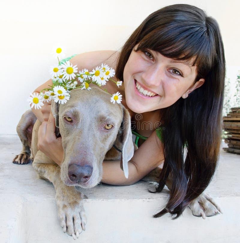 Giovane donna con il cane immagine stock libera da diritti