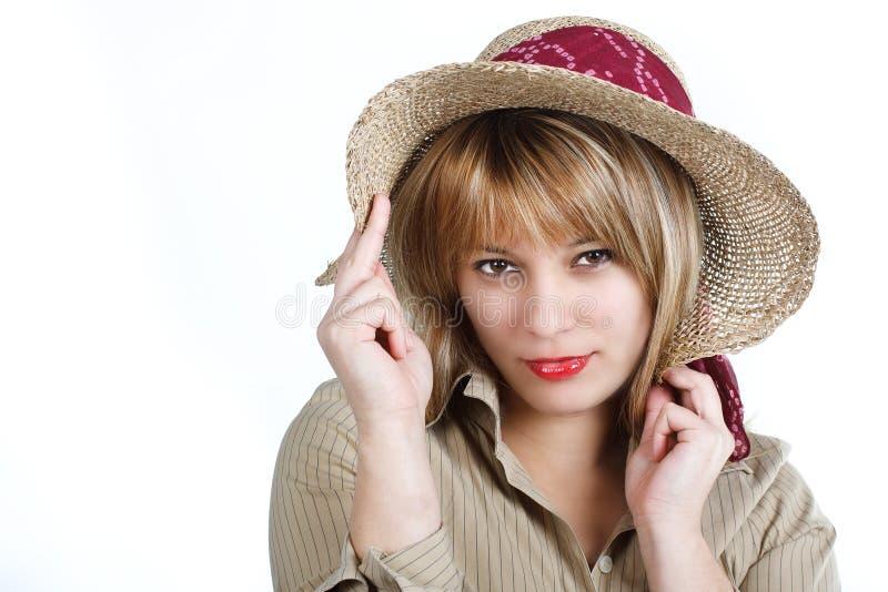 Giovane donna con il cappello di paglia fotografie stock libere da diritti
