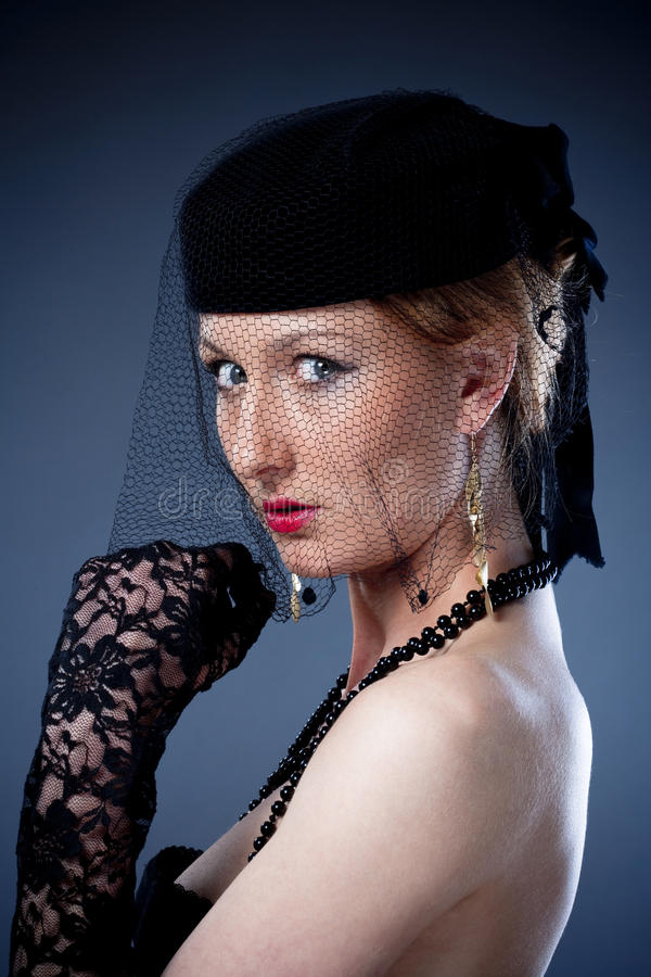 Giovane donna con il cappello ed il velo immagini stock libere da diritti