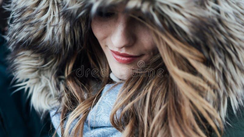 Giovane donna con il cappuccio della pelliccia fotografie stock