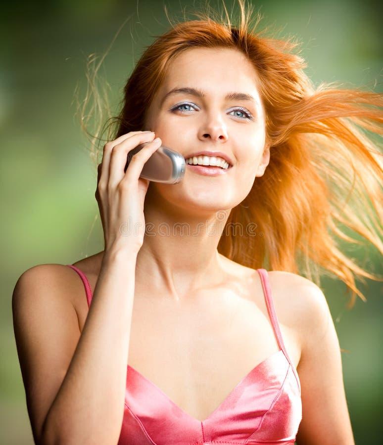 Giovane donna con il cellulare immagini stock