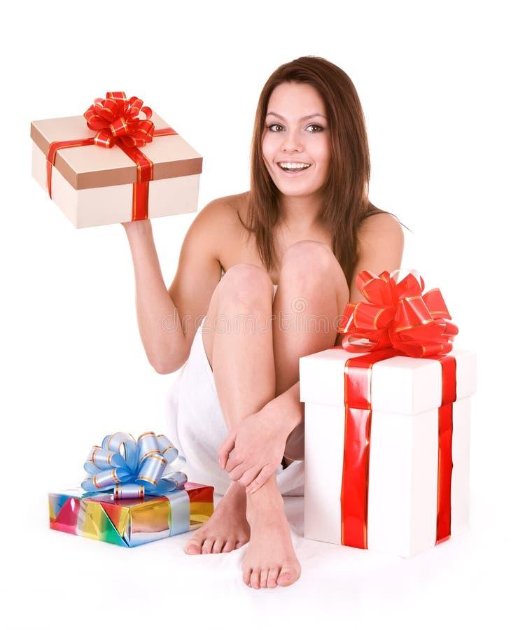 Giovane donna con il contenitore di regalo in stazione termale. fotografia stock