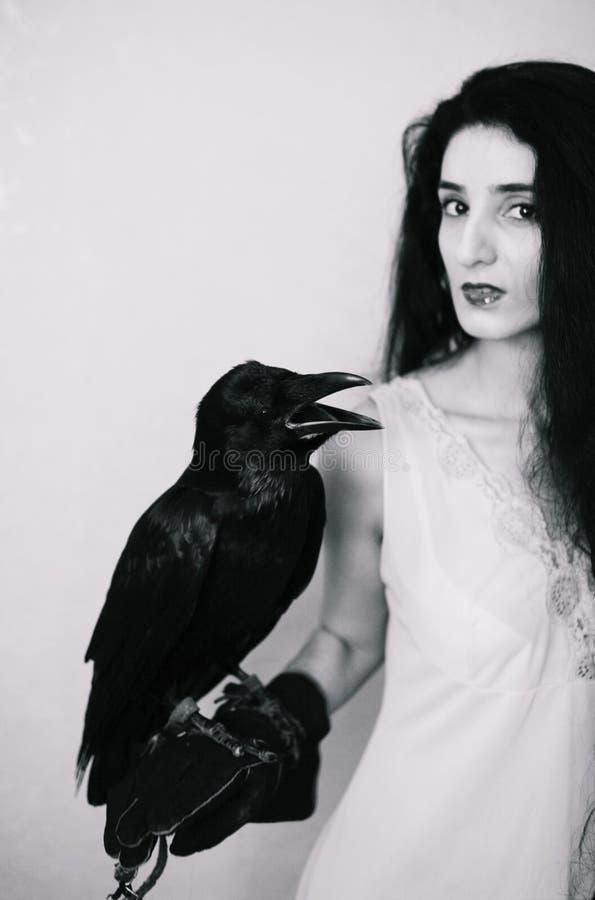 Giovane donna con il corvo fotografia stock libera da diritti