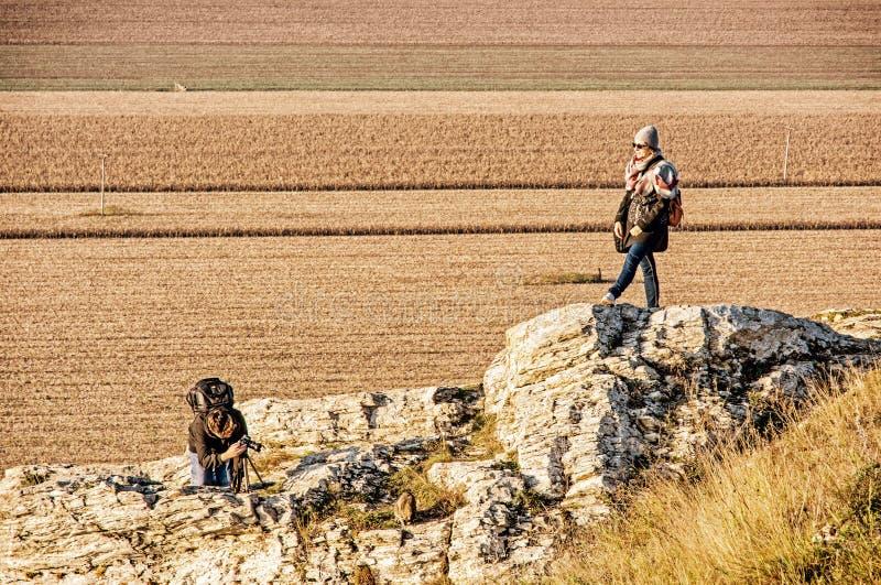 Giovane donna con il figlio adolescente sulla collina di Drazovce, filtro giallo fotografia stock