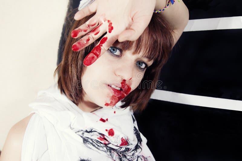 Giovane donna con il fronte sanguinante immagini stock libere da diritti