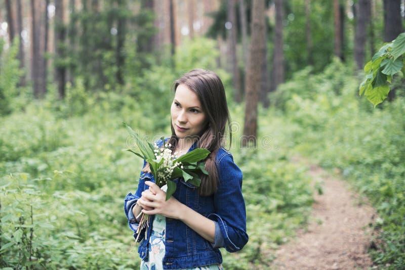 Giovane donna con il giglio a disposizione, unità con la natura fotografie stock