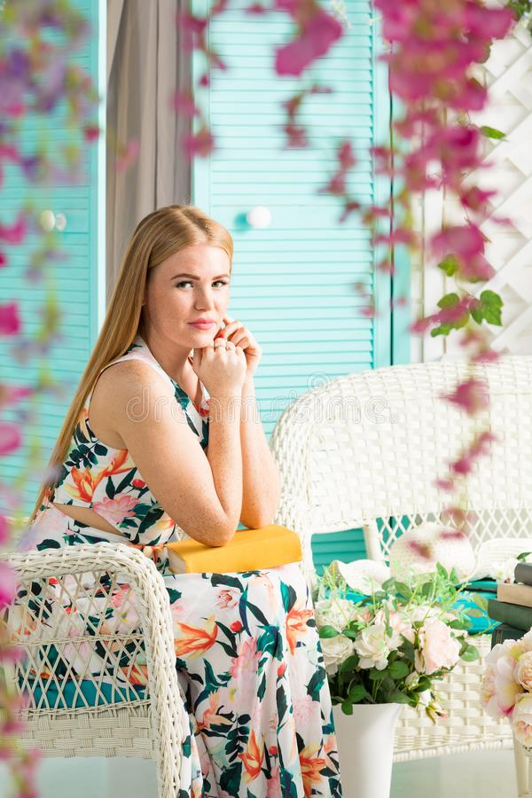 Giovane donna con il libro nel terrazzo di estate fotografia stock