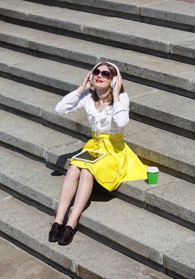 Giovane donna con il pc della compressa nel parco fotografia stock libera da diritti